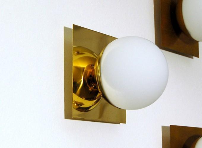 Applique art sfera in vetro opalino ottone lucido